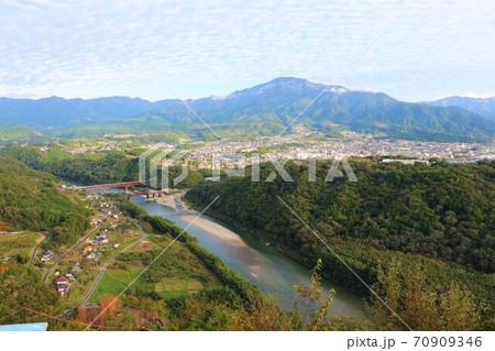 木曽川にかかる「玉蔵大橋」と「木曽川橋梁」(旧北恵那鉄道) 70909346