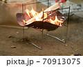 焚き火と燃えている炎 70913075
