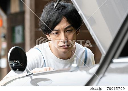 車の修理をする男性 70915799