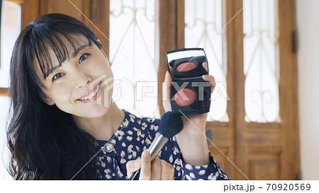 コスメの宣伝動画を自撮りする女性 ライバー 配信者 ユーチューバー Vlog 70920569