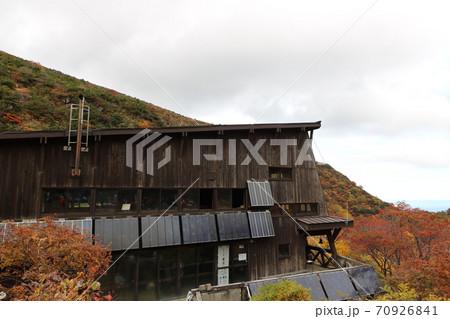 秋の紅葉ピークの時期の福島県の安達太良山のくろがね小屋 70926841