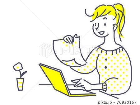 リラックスした雰囲気でパソコン作業をする女性 70930167
