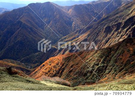 谷川岳 天神尾根から望む秋の紅葉の風景 70934779