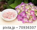 ピンクオパールのさざれ石とあじさいの花 70936307