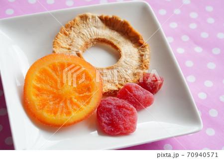オレンジとゴールデンパインとイチゴのドライフルーツ 70940571