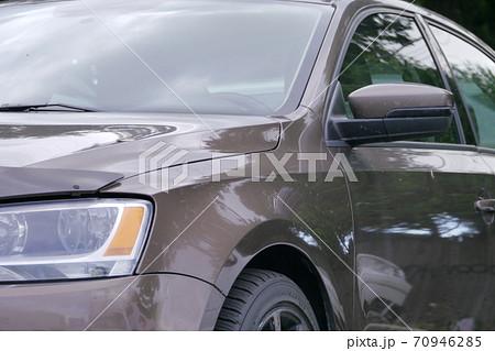 茶色の車・正面からのアップの車体 70946285