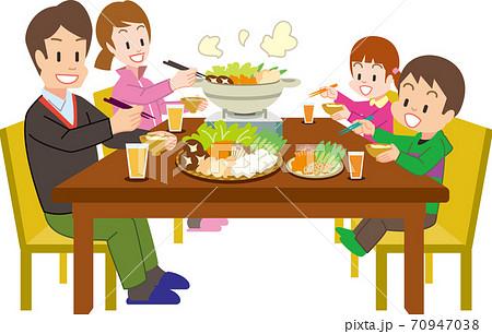 鍋を囲む4人家族 70947038