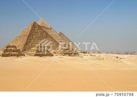 エジプト・ギザの三大ピラミッドとカイロの町並み 70950798