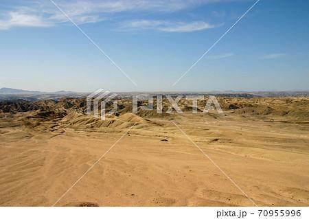 ナミブ砂漠の月面世界ムーンバレーの全景 70955996