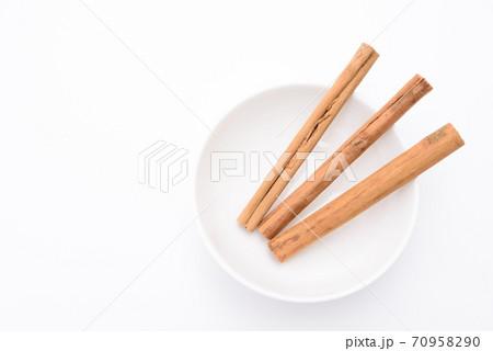 皿の上のシナモンスティック 白バック 70958290