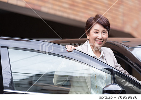 ビジネスイメージ 車に乗る女性 70959836