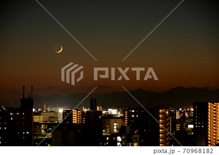 夕焼けの中、鈴鹿山脈に暮れゆく三日月 70968182