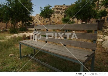 【ヨルダン】イルビッド、ウンムカイス遺跡内の中にはにあるベンチ 70969686