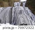 段になって凍結した滝を見上げた写真/袋田の滝(茨城県) 70972322
