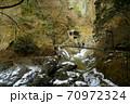 凍った川と観光客がいる吊り橋の風景/袋田の滝(茨城県) 70972324