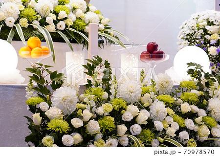 白いダリアが入ったナチュラルな花祭壇 70978570