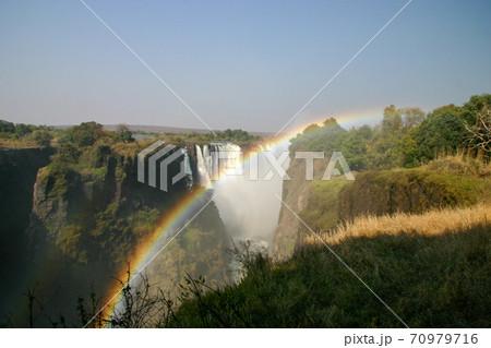 世界三大瀑布ビクトリアフォールズにかかる虹 70979716