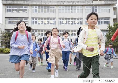 校庭を走る小学生 70986857