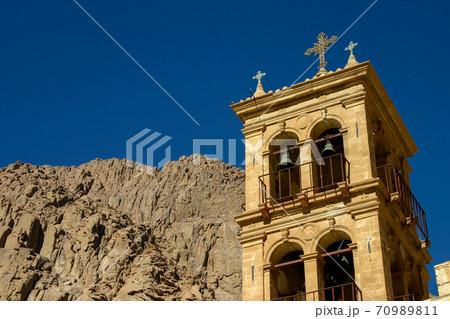 エジプトにある聖カタリナ修道院の鐘楼とシナイ山の岩肌 70989811