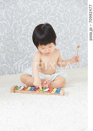 カラフルな鉄琴で音楽を演奏する赤ちゃん 70992477