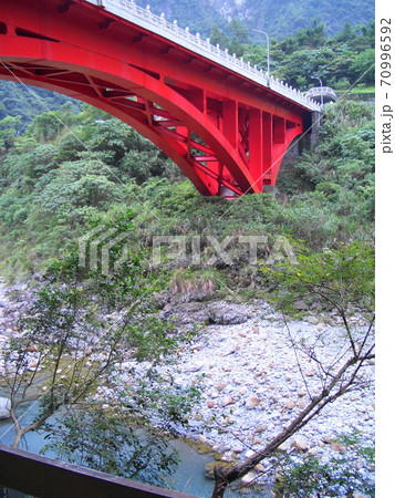 台湾 太魯閣国家公園の大理石の石像がある橋 70996592
