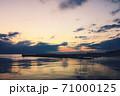 マジックアワーを幻想的に表現した、ヨットハーバーからの黄昏の風景 71000125
