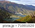奥多摩湖(小河内貯水池)を囲む秋の山並み/東京都 71001020