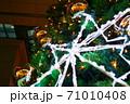 クリスマスナイトを照らす光の装飾 71010408