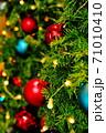オーソドックスな装飾がされたクリスマスツリー 71010410
