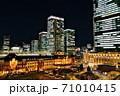 冬の冷えた空気に包まれた東京駅 71010415