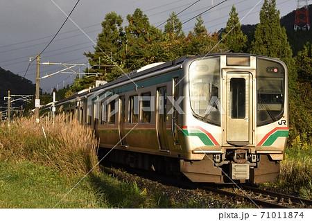 仙山線の森林区間をゆくE721系電車 71011874