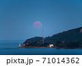 瀬戸内海から昇る満月 71014362