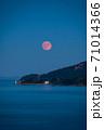 瀬戸内海から昇る満月 71014366