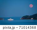 瀬戸内海から昇る満月と風景 71014368