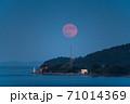 瀬戸内海から昇る満月 71014369