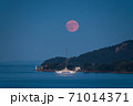 瀬戸内海から昇る満月 71014371