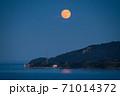 瀬戸内海から昇る満月 71014372