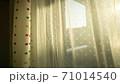 西陽の入る窓 71014540