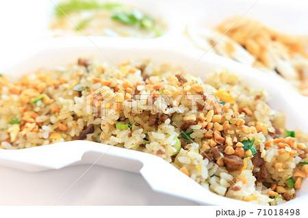 美味しいテイクアウトの豚挽肉とニラのチャーハン 71018498