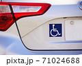 リアゲートのつけられた身障者マーク 71024688