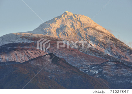 夕陽に染まる秋の羅臼岳(北海道・知床) 71027347