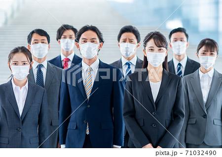 マスクをするビジネスマン 71032490