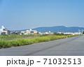 大和川スーパー堤防越しに見える街並みと生駒山 71032513