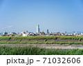 堺市北花田付近の大和川堤防からあべのハルカス方向の都市風景 71032606