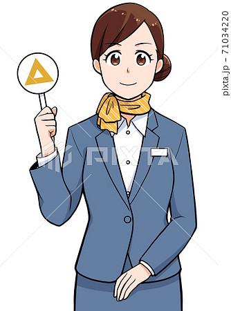 三角の札を持っている女性 71034220
