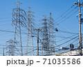 高圧送電線と低圧線が複雑に交錯する風景 71035586