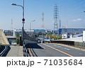 運河を渡る橋から海浜工業地帯に伸びる道路 71035684