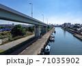 高架道路の下に運河が広がる大阪湾岸エリア 71035902