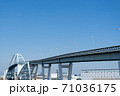 見上げる高さの新木津川大橋に続く高架道路 71036175