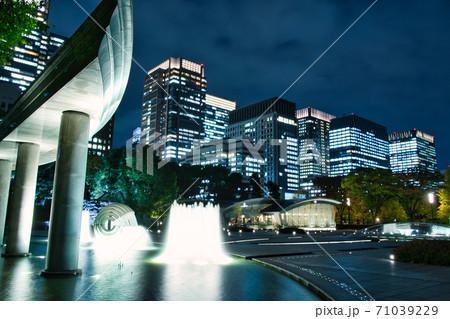 夜の和田倉噴水公園の噴水と東京のビル 71039229